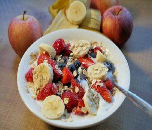 Riquísimo el kéfir con frutos cómo la manzana, plátanos, fresas, frutos silvestres cómo el arándano, con frutos secos y con muesli